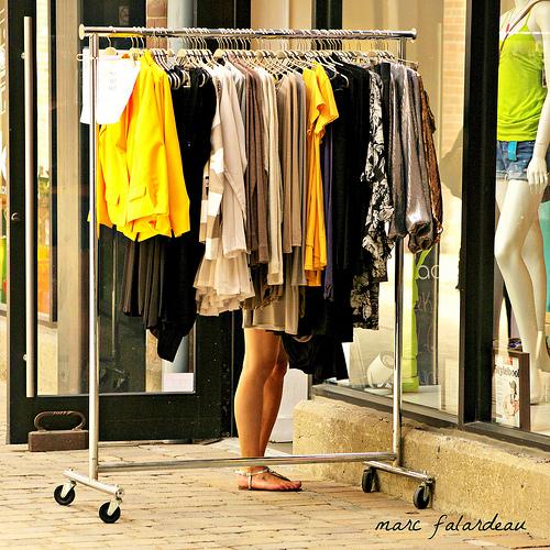 販売職の立ち仕事は、事務職の座り仕事よりも6倍の腰痛リスクがある。腰のメンテナンスしてますか?